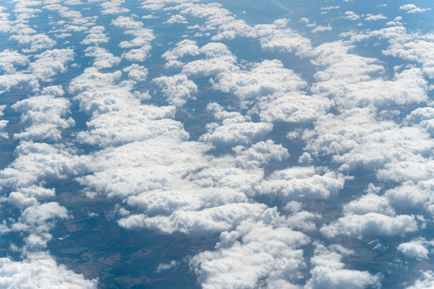 Verschiedene formen von wolken am himmel
