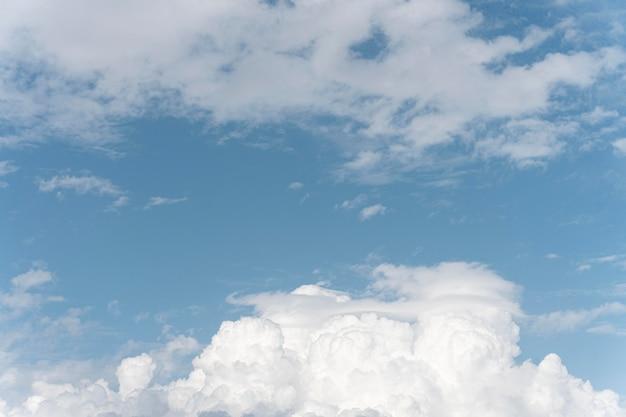 Verschiedene formen weißer wolken