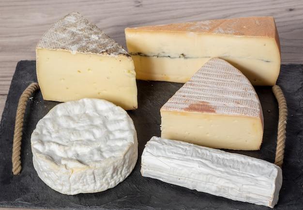 Verschiedene französische käse auf dem schwarzblech