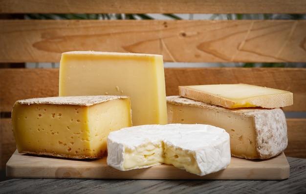 Verschiedene französische käsesorten aus der normandie und savoie