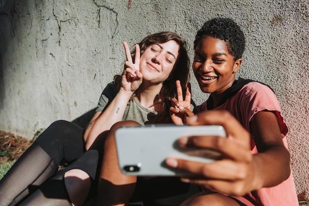 Verschiedene freunde, die ein selfie nehmen
