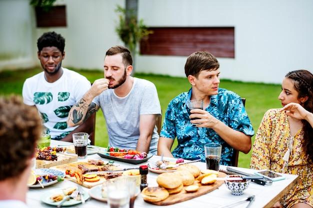 Verschiedene freunde, die zusammen essen essen