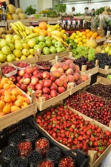 Verschiedene frische früchte in kisten auf dem markt