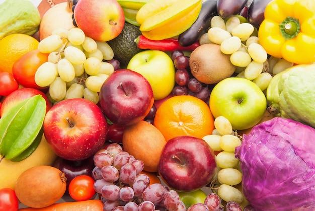 Verschiedene frische früchte und gemüse für gesundes und nährendes essen