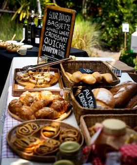 Verschiedene frische gebackene bäckerei-brot-produkte
