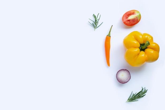 Verschiedene frische gemüse und kräuter auf weißer oberfläche. konzept für gesunde ernährung