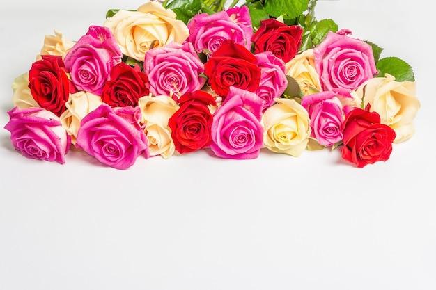 Verschiedene frische mehrfarbige rosen isoliert auf weißer oberfläche Premium Fotos