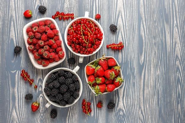 Verschiedene frische sommerbeeren, blaubeeren, rote johannisbeeren, erdbeeren, brombeeren