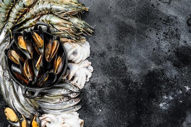 Verschiedene frische tigergarnelen mit meeresfrüchten, garnelen, miesmuscheln, tintenfische, sardinen, schmelze