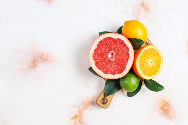 Verschiedene frische zitrusfrüchte, zitrone, orange, limette, grapefruit, kumquats.