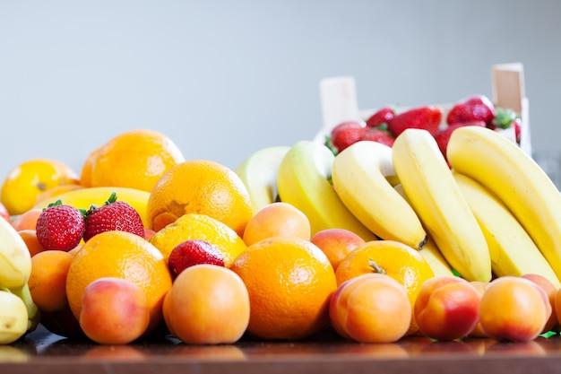 Verschiedene früchte am tisch in der küche