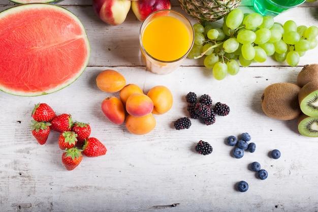 Verschiedene früchte auf dem weißen holztisch