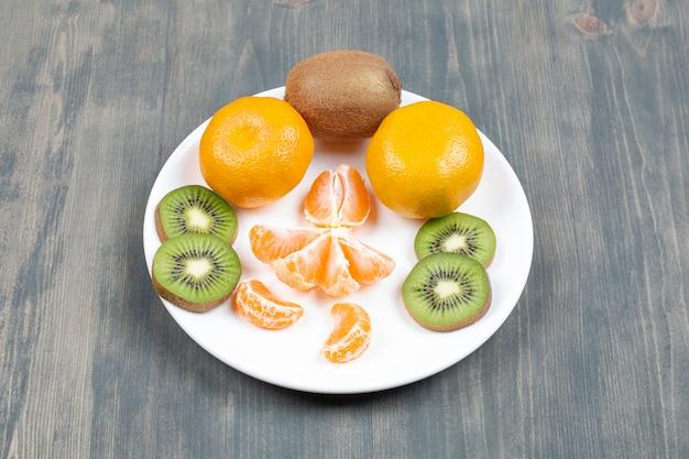 Verschiedene früchte auf einem holztisch in scheiben geschnitten