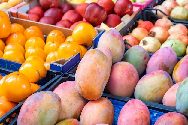 Verschiedene früchte auf einem obstmarkt. gesundes essen.