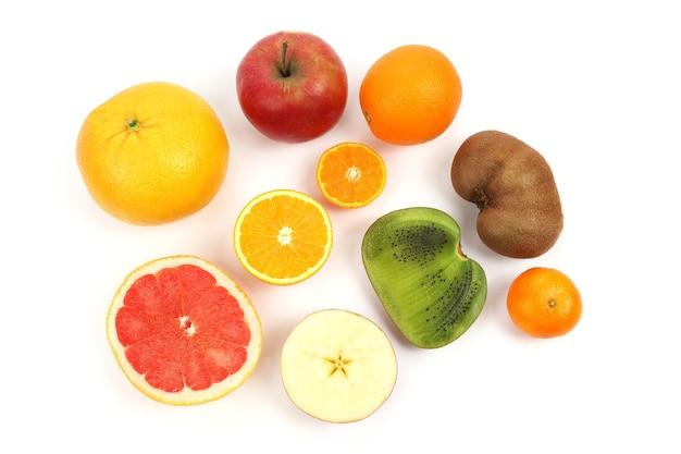 Verschiedene früchte auf weißem tisch