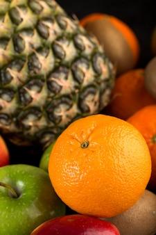 Verschiedene früchte färbten reife milde lokalisiert auf grauem schreibtisch