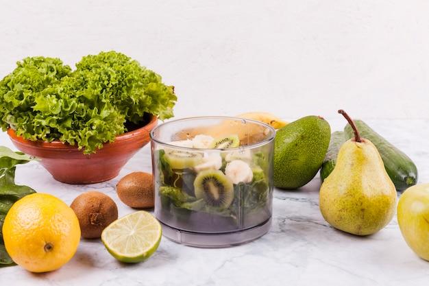 Verschiedene früchte für einen gesunden salat