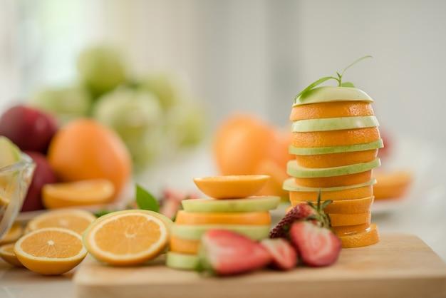 Verschiedene früchte, gesundheitspflege und gesundes konzept essend