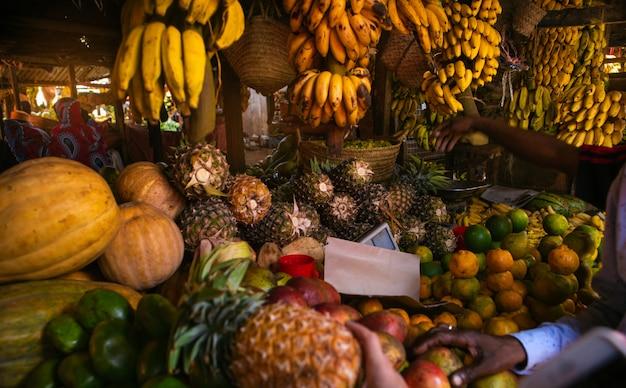 Verschiedene früchte im lokalen afrikanischen markt
