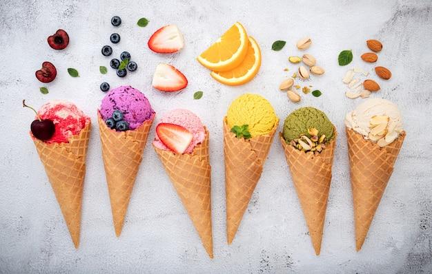 Verschiedene früchte in zapfen auf weißem steinhintergrund.