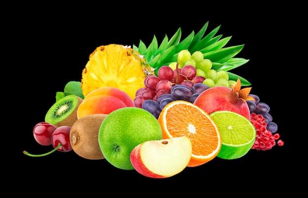 Verschiedene früchte und beeren auf schwarz