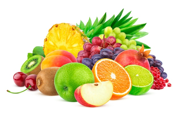 Verschiedene früchte und beeren getrennt auf weiß