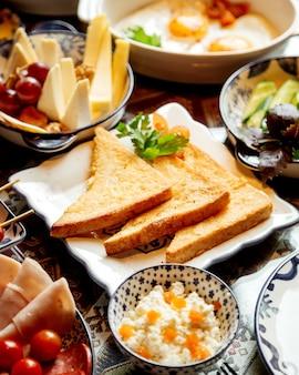 Verschiedene frühstücksnahrungsmittel mit crackern