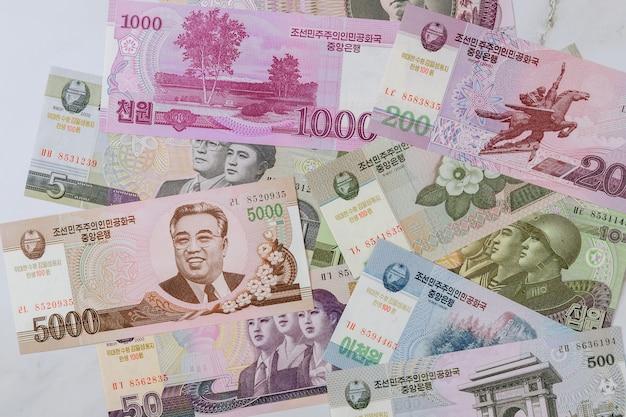 Verschiedene geldscheine banknoten geld von nordkoreanischen kpw gewonnen