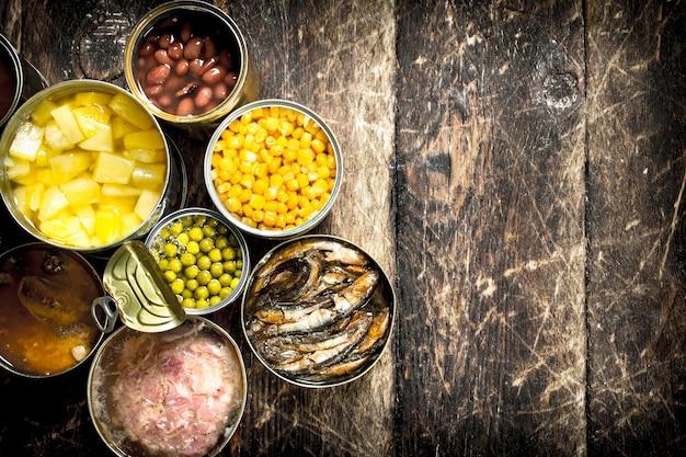 Verschiedene gemüse-, fleisch-, fisch- und obstkonserven in blechdosen.