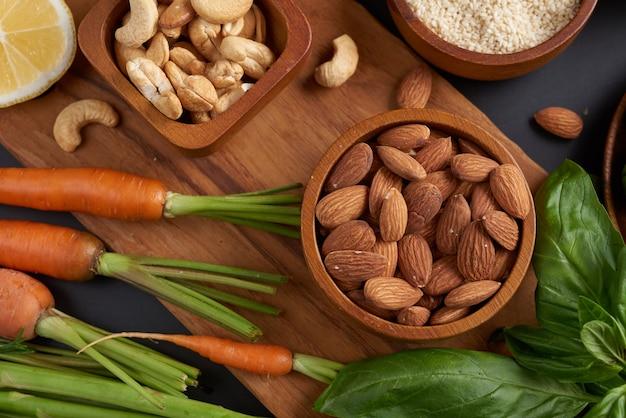 Verschiedene gemüse, samen und früchte auf dem tisch. flache lage, draufsicht.