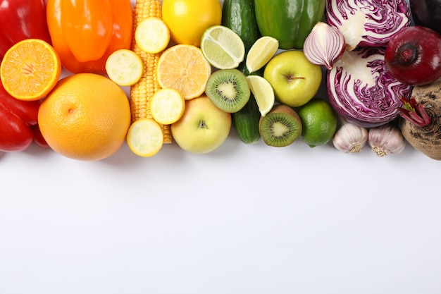 Verschiedene gemüse und früchte auf weiß