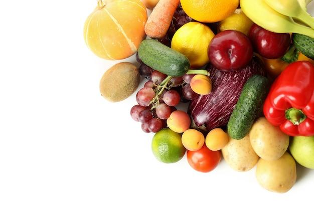 Verschiedene gemüse und früchte auf weißem hintergrund