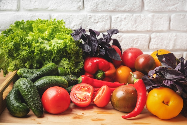 Verschiedene gemüse- und salatblätter.
