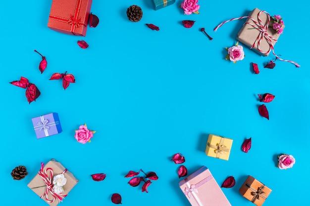 Verschiedene geschenkboxen auf blau mit blumen