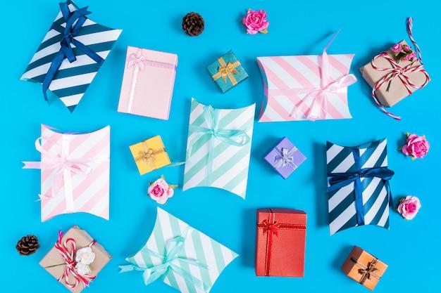Verschiedene geschenkboxen auf blau