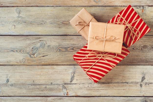Verschiedene geschenkboxen auf holztisch, ansicht von oben