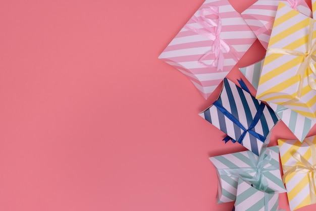 Verschiedene geschenkboxen auf rosa hintergrund