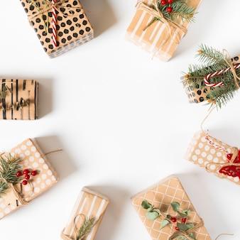 Verschiedene geschenkboxen auf weißer tabelle