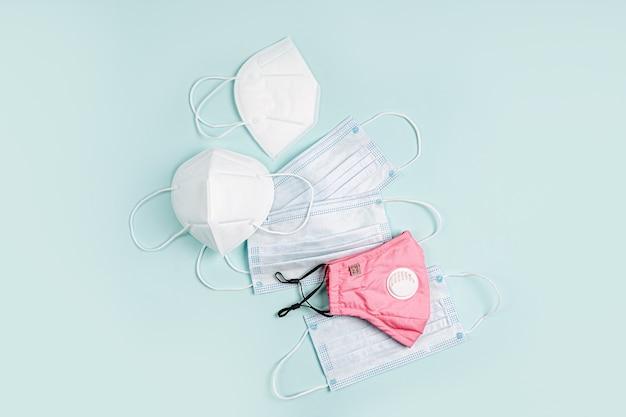 Verschiedene gesichtsmasken zum schutz vor viren, grippe, coronavirus, covid-19. medizinische maske und atemschutzmaske mit wiederverwendbarer baumwollmaske.