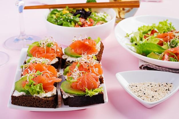 Verschiedene gesunde salate und lachssandwiches
