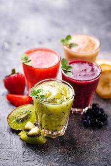 Verschiedene gesunde smoothies