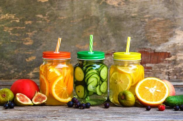 Verschiedene getränke, obst und gemüse auf holz