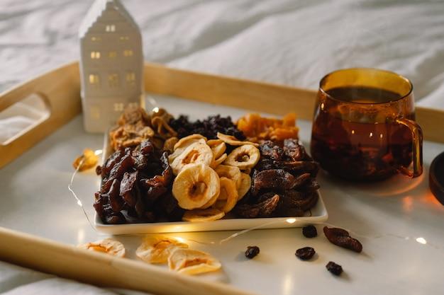 Verschiedene getrocknete früchte auf einem tablett in einem wohnzimmer. diätetische ernährung. natürliche und gesunde snacks.