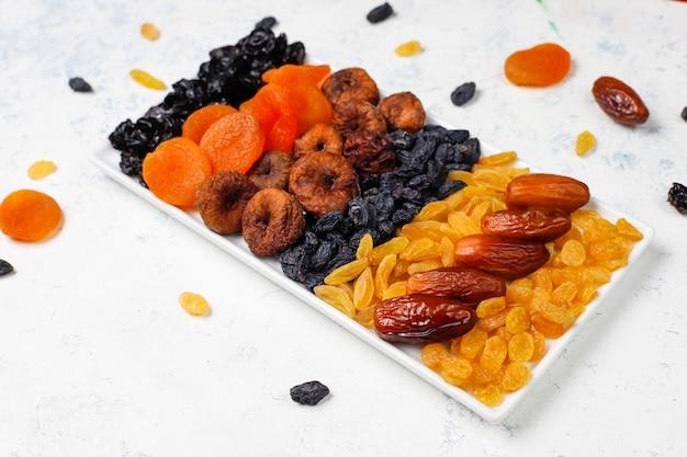 Verschiedene getrocknete früchte, datteln, pflaumen, rosinen und feigen