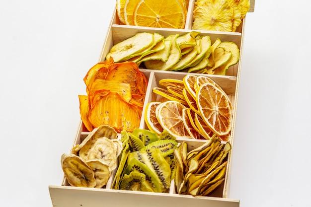 Verschiedene getrocknete früchte. gesundes essenkonzept. holzkiste