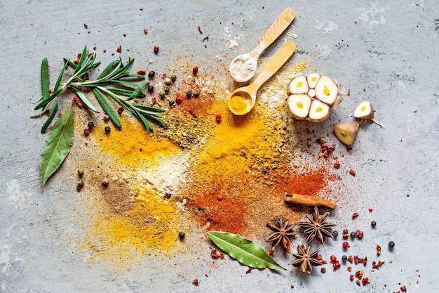 Verschiedene gewürzpulver auf blauem grund. indische und asiatische küche.
