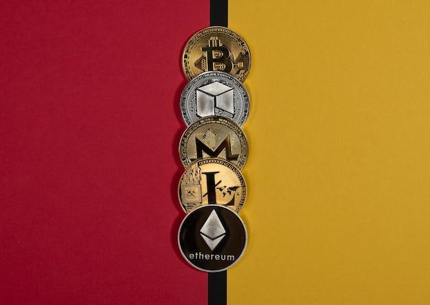 Verschiedene glänzende kryptowährungsmünzen, kryptowährungskonzept. vor- und nachteile, vor- und nachteile, zwei seiten. bitcoin, litecoin, ethereum, monero und neo.