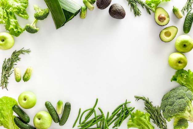 Verschiedene grüne gemüse für salat oder smoothies