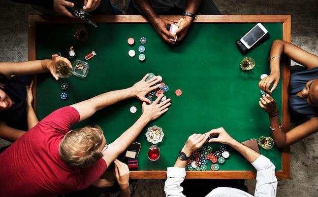 Verschiedene gruppe, die poker spielt und sozialisiert