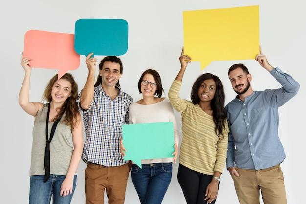 Verschiedene gruppe freunde, die spracheblase halten
